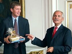 Paul Ferguson (links) erhält die obligatorischen Aachener Printen von Oberbürgermeister Jürgen Linden, (c) Foto: Stadt Aachen / Paul Heesel